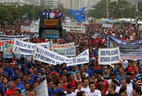 Manifestação da PM e Bombeiros em Copacabana. Créditos: Jornal de sábado - Região dos Lagos