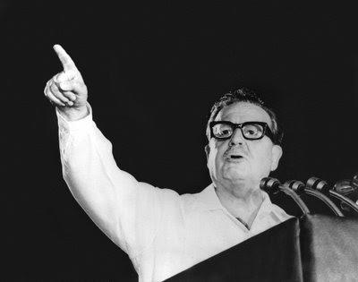 O socialista Salvador Allende (foto) foi eleito presidente pelo povo chileno nas eleições de 1970. No entanto, três anos depois, em 11 de setembro de 1973, um golpe militar, apoiado pelos EUA, tirou Allende do cargo, colocando em seu lugar o general Augusto Pinochet. Começava ali um difícil período da história chilena.