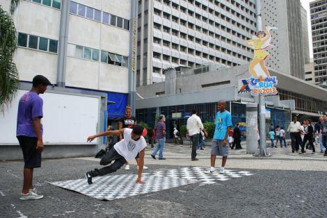 Grazielle e seus amigos montam um verdadeiro palco no Largo da Carioca. | Foto: Felipe Pontes