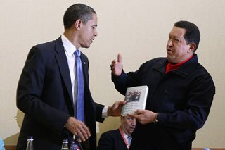 """O falecido presidente venezuelano Hugo Chávez presenteou o presidente americano Barack Obama com um exemplar de """"As Veias Abertas da América Latina"""", em 2009. Sugestivo? (Foto: Reuteres)"""