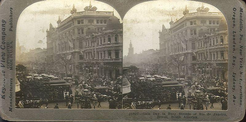 Dia de gala em ruas movimentadas do Rio de Janeiro, 1914.