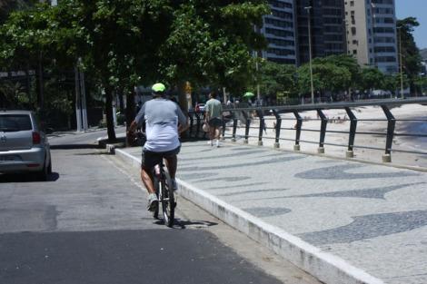 Praia de Icaraí não tem ciclofaixa e calçadão tem prioridade do pedestre