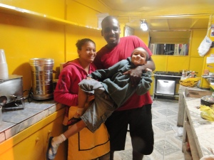 Funcionária contratada para ajudar no trailer, Joyce posa com o filho Junior e Anderson