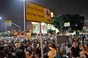 """Noite histórica em 20 de junho: nas manchetes dos jornais, """"300 mil pessoas tomaram a Avenida Presidente Vargas"""". Para manifestantes, pelo menos um milhão de pessoas cobriram o asfalto."""