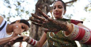 É costume nos casamentos hindus que as mulheres sejam pintadas com tinta hena