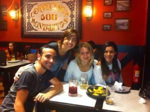 Fernanda, Wesley, Luísa e amiga estrangeira em um bar de Madrid