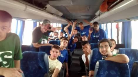 UFF Esporte concede transporte para crianças do Projeto SkateArte Escolinha de Skate nas visitas às pistas longe de Niterói (Foto: Bruno Amâncio)