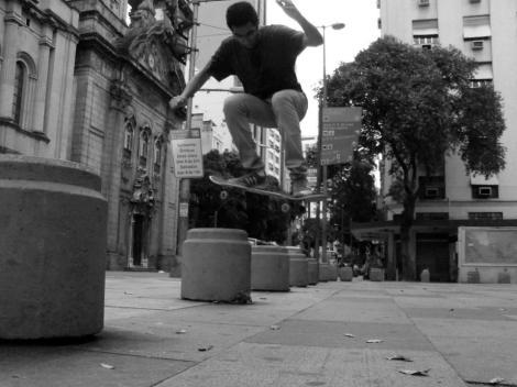 Falta de Skateparks faz skatistas procurarem as ruas e praças de Niterói e Rio de Janeiro (Foto: Daniel Scarmont)