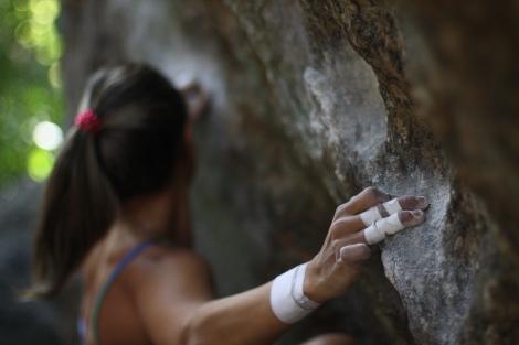 Gisele de Moraes escalando no Parque Estadual do Grajaú na cidade do Rio de Janeiro