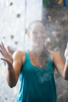 Anna Shaw brincando com o magnésio durante treino no ginásio Casa de Pedra em São Paulo