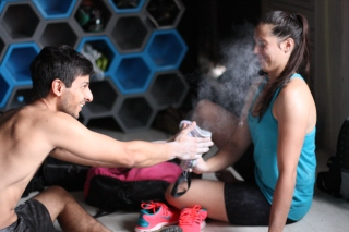 Alex Rajagopalan e Anna Shaw brincando com o magnésio durante treino no ginásio Casa de Pedra em São Paulo.