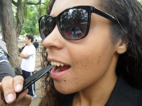 """Karina """"afiando"""" os dentes pontiagudos com uma faca (Ariel Cristina Borges)"""