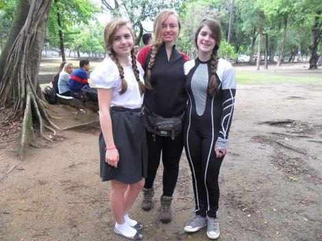 Desiree e Ana nas pontas, vestidas como Primrose e Katniss e a mãe delas no meio, também de Katniss. (Ariel Cristina Borges)