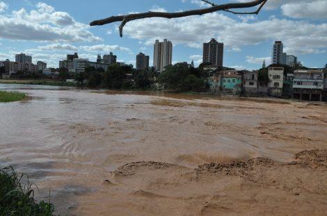 A lama que corta a cidade. Foto de Antônio Cota