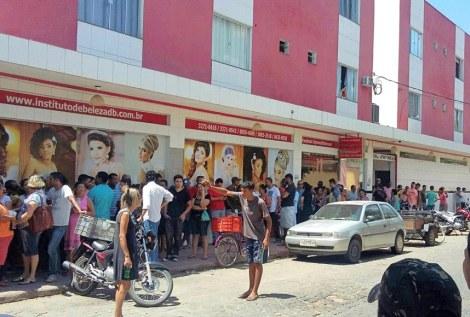 Fila para comprar água em Governador Valadares. Foto: divulgação