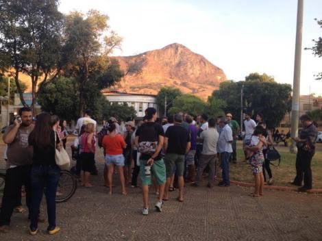 Manifestação na praça da Ilha dos Araújos