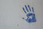 Mão de aluno pintada em intervenção
